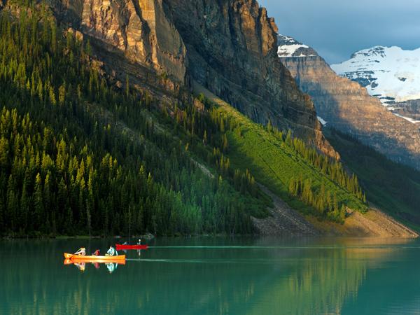 Kanada, Alberta, Rocky Mountains, Lake Louise, Gletschersee, gruenes Wasser, rote Boote, Morgenstimmung, Juli 2010 (Bildtechnik: sRGB,  34.48 MByte vorhanden)