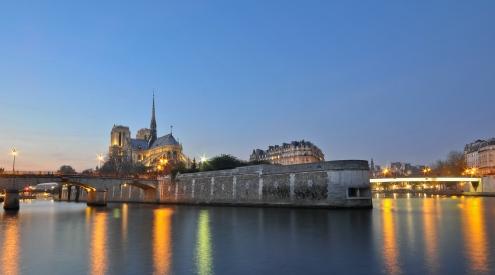 Notre_Dame_depuis_les_quais_de_Seine_à_l'heure_bleue,_Paris,_France.jpg